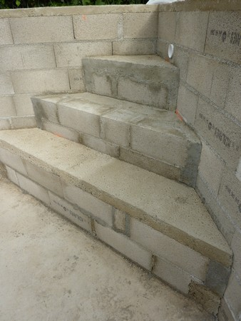 Piscine beton escalier for Marche piscine