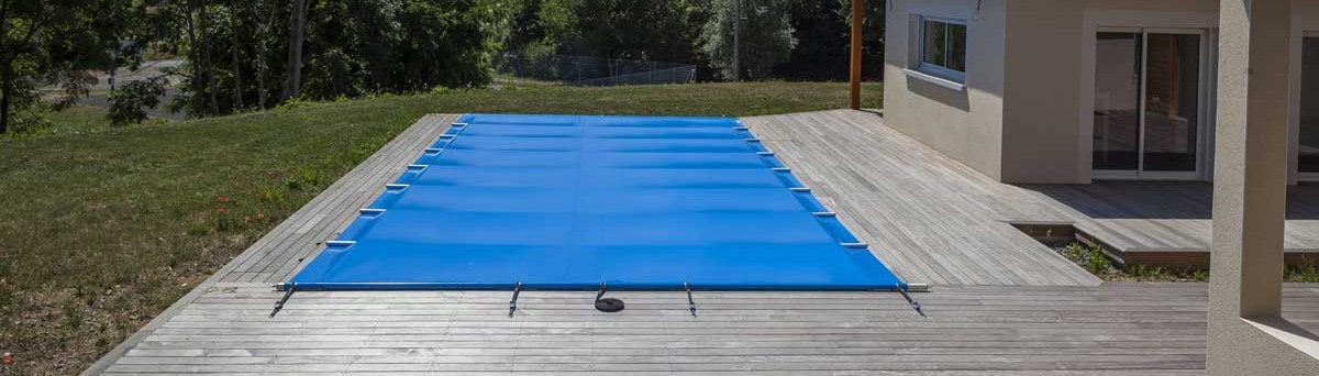 Couverture barres bleu piscine vente et pose de for Fabrication enrouleur bache piscine